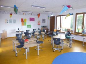 modernner Klassenraum mit Mobiliar für jahrgangsübergreifenden Unterricht einer integrativen Schule